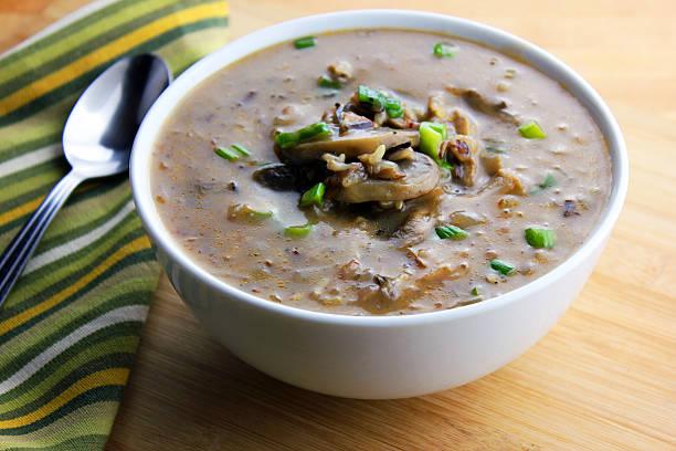 pilzen und wildreis-suppe - silberzwiebeln stock-fotos und bilder