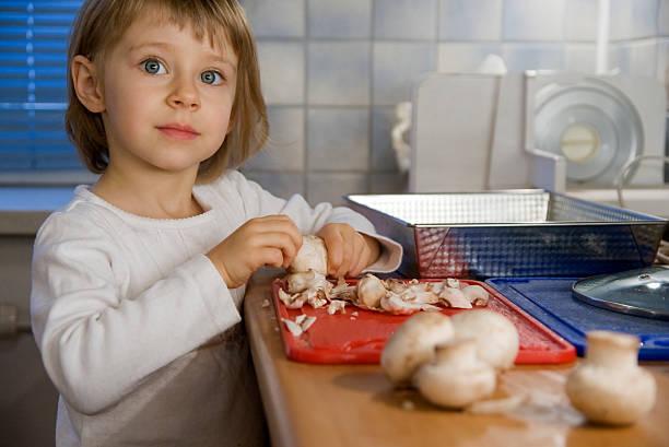 pilz-auflauf - gebackene champignons stock-fotos und bilder