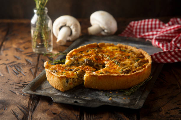 tarte aux champignons - quiche photos et images de collection