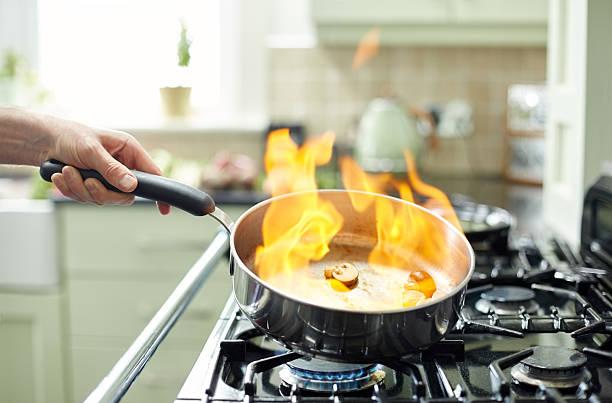 """pilze, zubereitet in der pfanne mit bar """"flames"""" - pilzpfanne stock-fotos und bilder"""