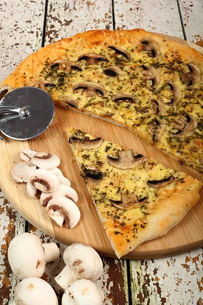 pizza mit pilzen - gebackene champignons stock-fotos und bilder