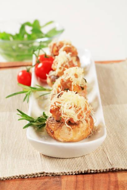 pilze gefüllt mit hackfleisch - gebackene champignons stock-fotos und bilder