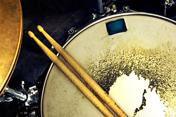 musik und instrument hintergrund - schlagzeuge stock-fotos und bilder