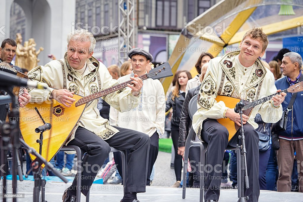 Music band performs play balalaikas. – Foto