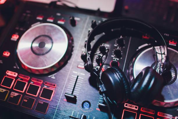 Musikkonsole und Kopfhörer für DJ. DJ-Konsole CD mp4 deejay Mixing-Desk-Musik-Party im Nachtclub. DJ-Konsole für Experimente mit Musik. – Foto