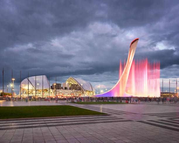 音楽噴水と夕方には、ソチ、ロシア オリンピック スタジアム fisht - クラスノダール市 ストックフォトと画像