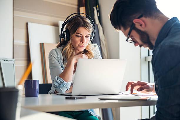 música mantiene su enfoque - auriculares equipo de música fotografías e imágenes de stock