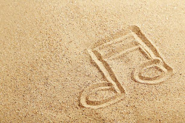música observação desenhadas em uma praia de areia - desenhos de notas musicais - fotografias e filmes do acervo