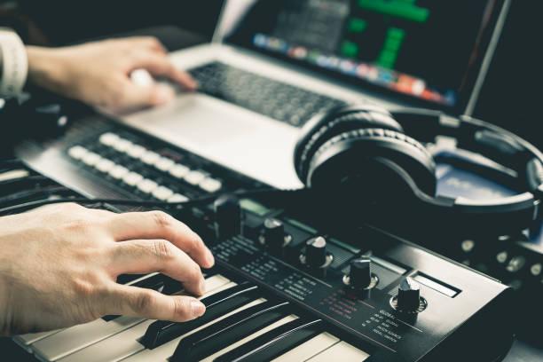 Productor de la música es grabación de sonido en computadora - foto de stock