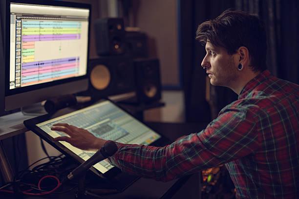 musikproduzent arbeiten im tonstudio. - produzent stock-fotos und bilder