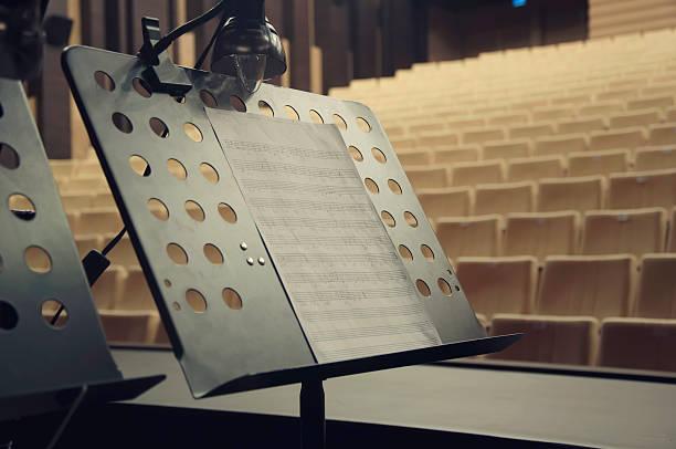 notenständer auf der bühne concert hall - notenständer stock-fotos und bilder