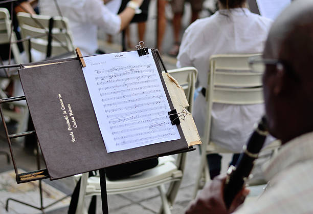 notenständer mit notizen in einer orchestra. - notenständer stock-fotos und bilder