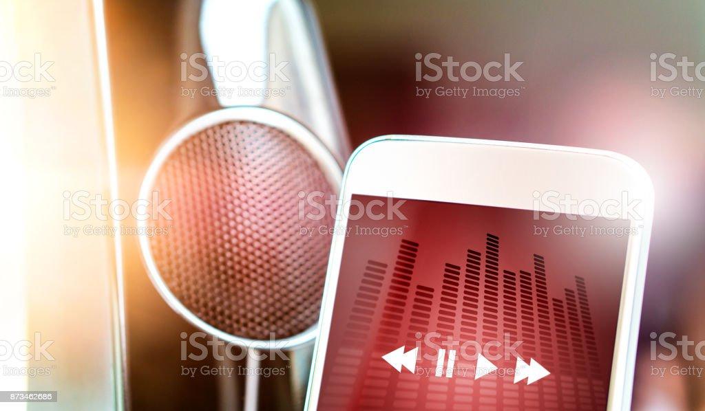 Música streaming com moderno portátil e sem fio inteligente alto-falante. - foto de acervo