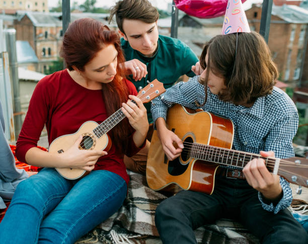 musikalische, künstlerische duett gitarre ukulele lebensstil - ukulele songs stock-fotos und bilder