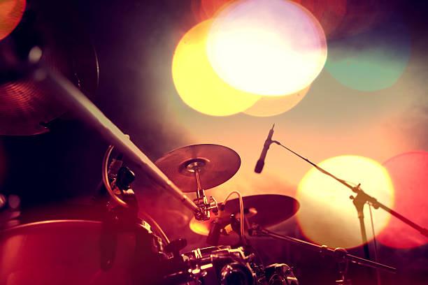 musical background.drumkit on stage lights performance - schlagzeuge stock-fotos und bilder