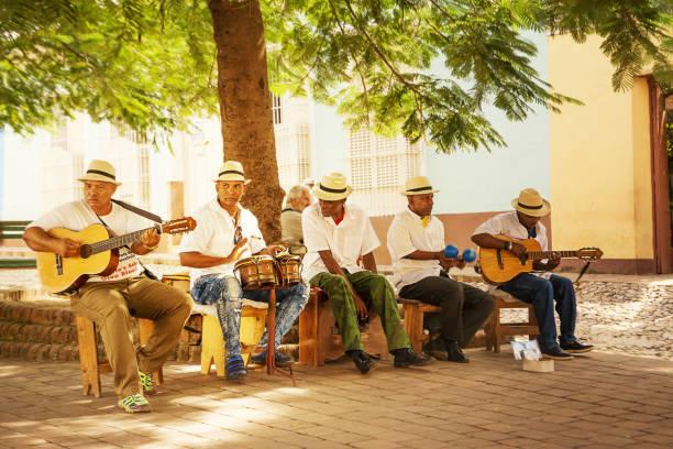 Musikgruppe, die kubanischen Musik auf dem Platz spielt – Foto