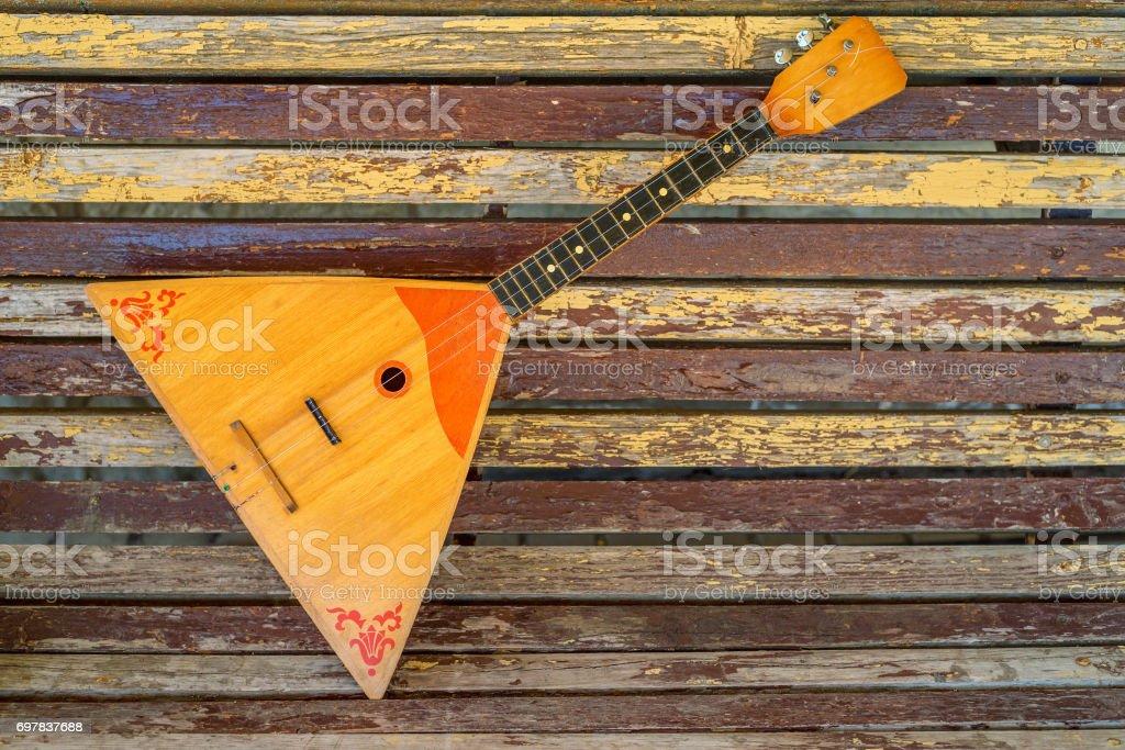 Musikinstrument-Balalaika auf hölzernen Hintergrund – Foto