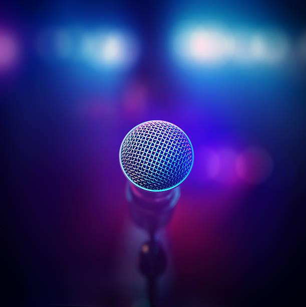 musical-mikrofon auf der bühne - stage musical stock-fotos und bilder