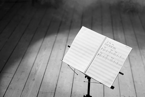 musik-noten auf weiß, schwarz und weiß - notenständer stock-fotos und bilder