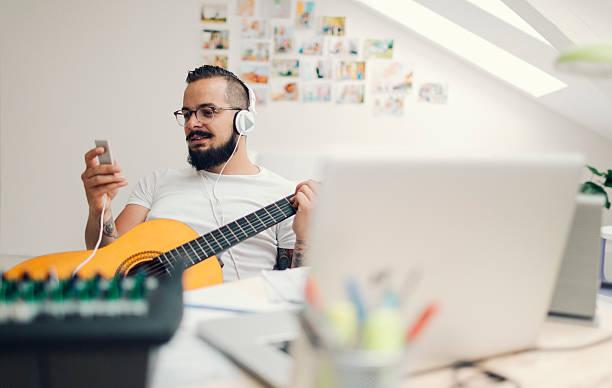 musiker komponiert musik in seinen aufnahmestudio. - musiknoten tattoos stock-fotos und bilder