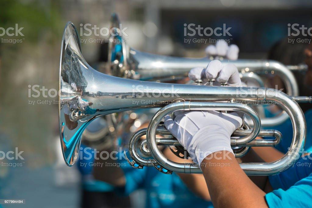 Musiker spielen marching Trompete. – Foto