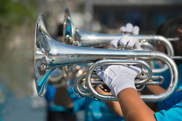 음악가 놀이 행진 트럼펫 - 프렌치 호른 뉴스 사진 이미지