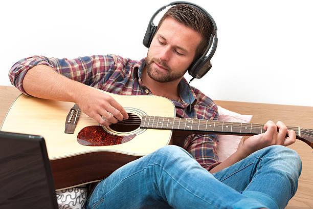 musiker spielen akustikgitarre - kreatives schreiben übungen stock-fotos und bilder