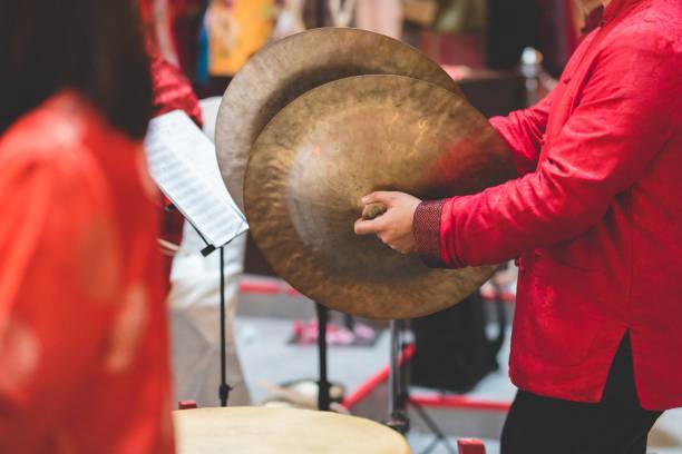 spelen traditionele chinese instrument bekkens musicus - cimbaal stockfoto's en -beelden
