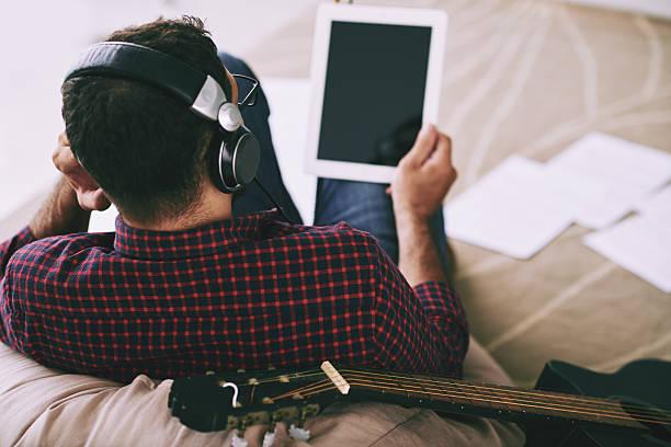 musiker mit tablette - geräusche app stock-fotos und bilder