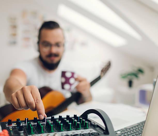 musiker, die in seinem aufnahmestudio. - musiknoten tattoos stock-fotos und bilder