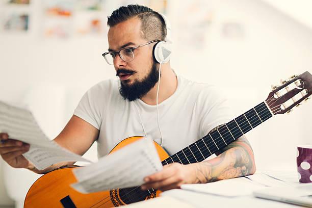 musiker einen song. - musiknoten tattoos stock-fotos und bilder