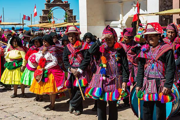 ミュージシャン、ダンサー、ペルーのアンデス山脈、プーノペルー - タキーレ島 ストックフォトと画像