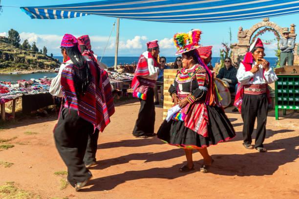タキール島のペルーアンデスのミュージシャンとダンサー。プーノ ペルー - タキーレ島 ストックフォトと画像