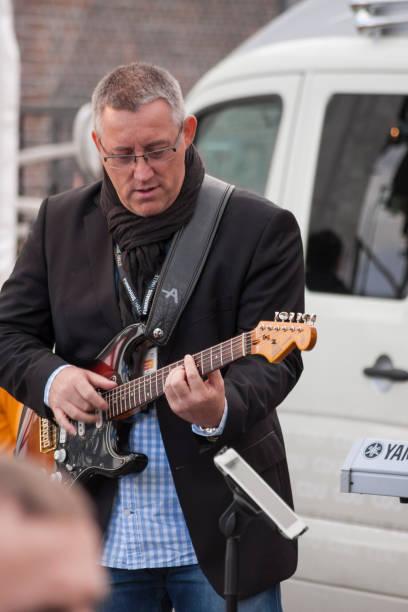 musiker während der besuch von merkel in stralsund - merkel cdu stock-fotos und bilder