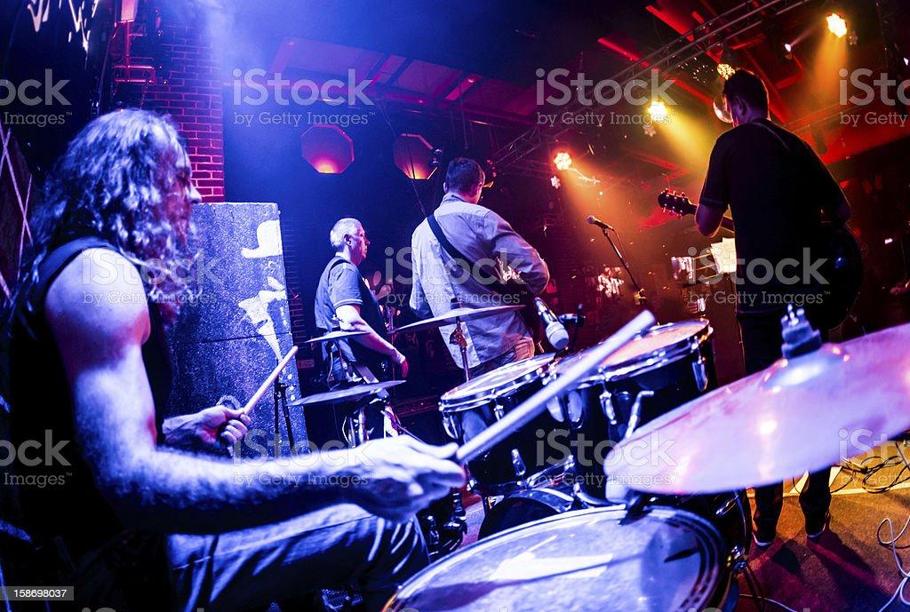 Musiker spielen auf der Bühne – Foto