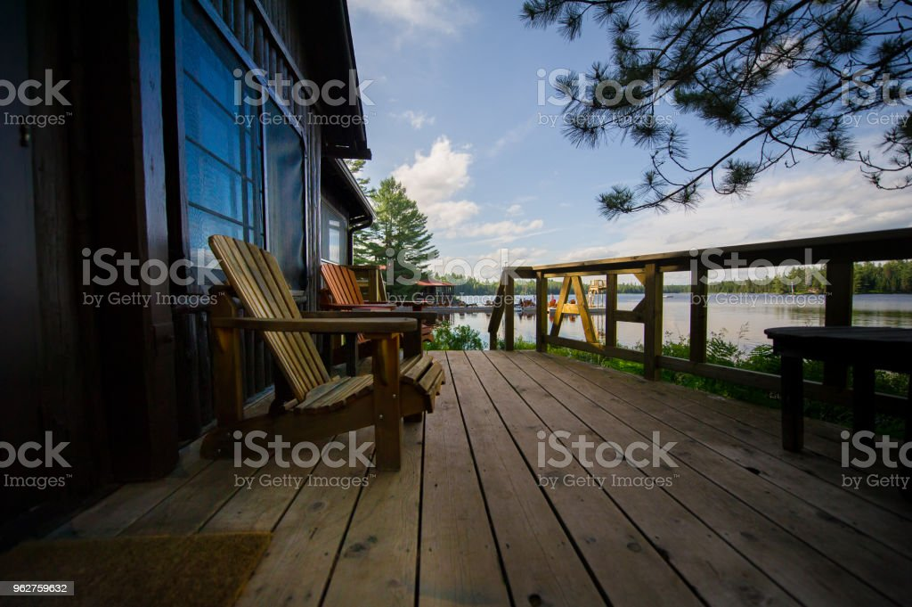 Muskoka chairs on a wooden deck - Foto stock royalty-free di Acqua