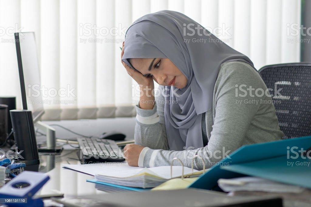 Mujer musulmana belleza ver estrés en la oficina. - foto de stock