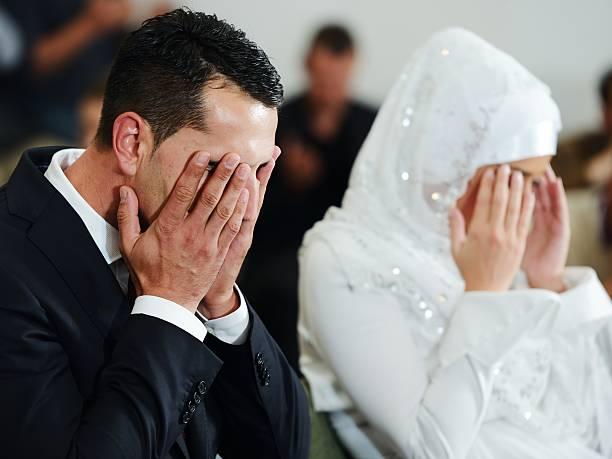 musulman le marié et la mariée sur la mosquée - mariage musulman photos et images de collection