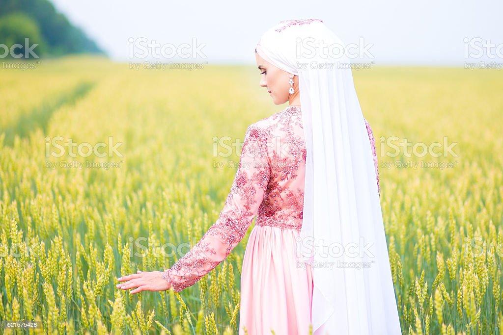 Muslim bride posing at a celebration ceremony. photo libre de droits