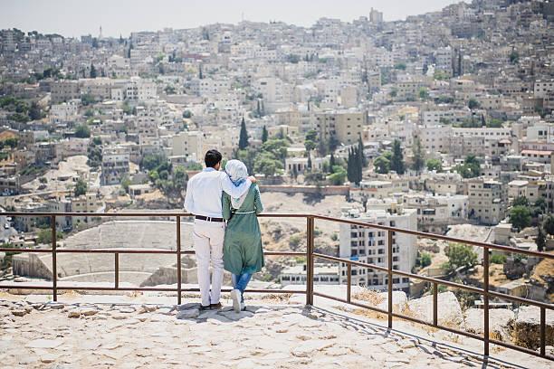 Muslim couple looking at the capital city of Amman, Jordan – Foto