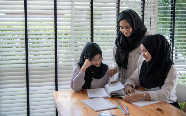 Actividades de educación musulmana en aula de los niños de la escuelas, felizes aprendiendo. - foto de stock