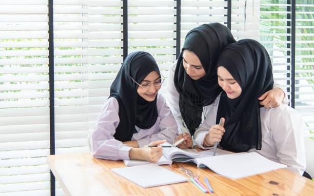Actividades de educación musulmana en aula. - foto de stock