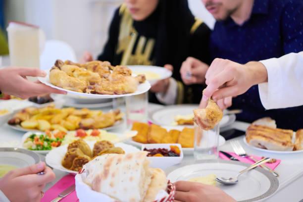 muslimische Familie mit einem Ramadan-Fest – Foto