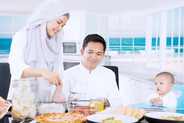 muslimische frauen bereiten sie mahlzeiten für die familie - küstenfamilienzimmer stock-fotos und bilder