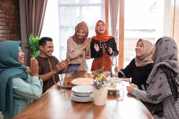 amigo muçulmano e família rindo juntos quando o almoço - malásia - fotografias e filmes do acervo