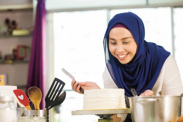 muslimischen haus bäcker stolz auf ihr eis geschichtet kuchen - super torte stock-fotos und bilder