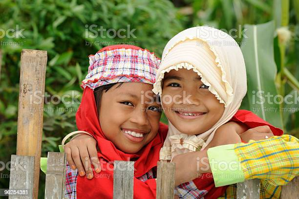 Foto de Muçulmanos Crianças e mais fotos de stock de Abraçar