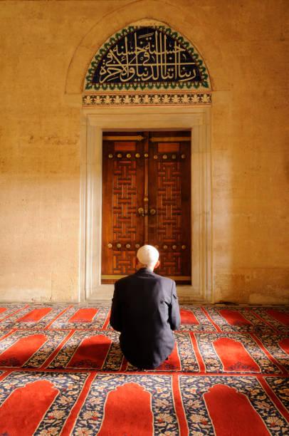 muslimischen mann beten in der moschee - selimiye moschee stock-fotos und bilder