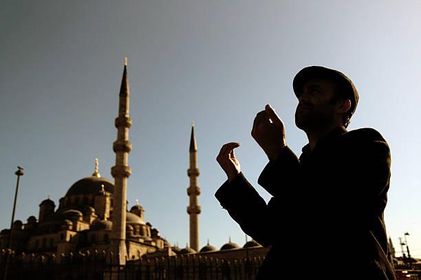 homem muçulmano reza - ramadã - fotografias e filmes do acervo