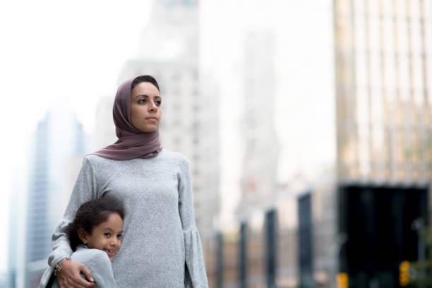 Muslimische Mutter und Kind umarmen in der Stadt – Foto